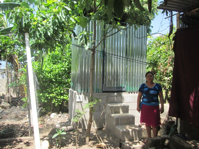 Sra. Marta Orellana beneficiaria de Letrina Abonera