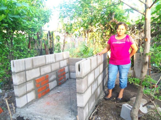 Sra Marta Orellana en la construcción de la obra gris ó caja receptora de su Letrina Abonera